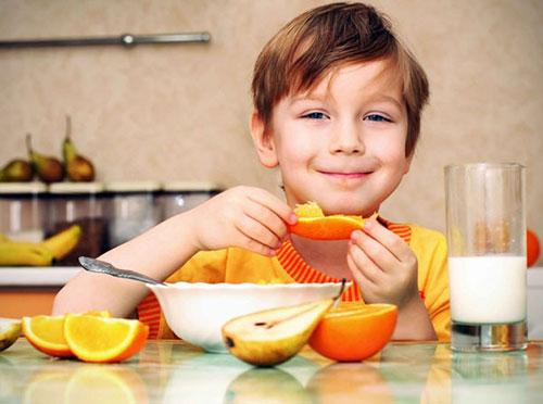 Bổ sung vitamin C giúp trẻ tránh mất nước trong ngày nắng nóng